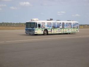Bus beim Flughafentransport
