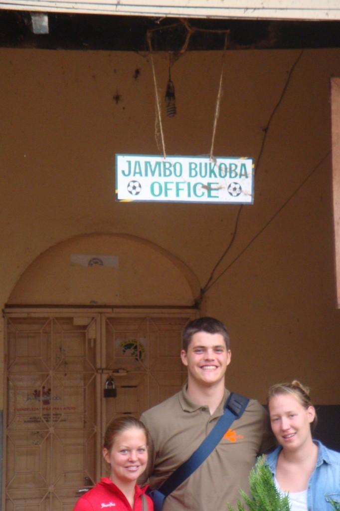 Die Jambo Familie vor ihrem Office