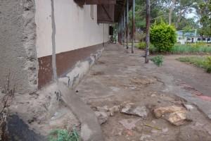 Schlaglöcher im Schulgebäude der Kassambya Primary School