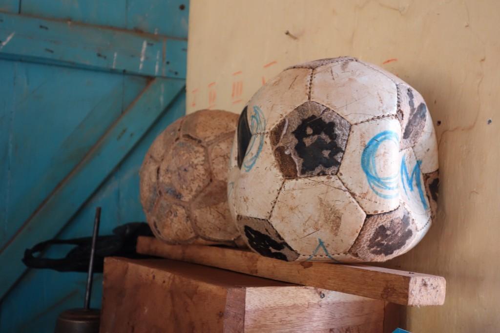 Sportmaterial in der Ngando Primary School