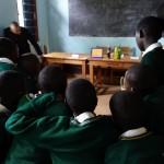 Jambo Präsenttion vor Schülern der Karalo Primary School