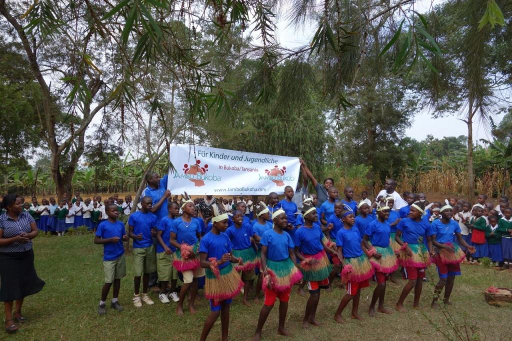 Schultanz bei der Kaisho Primary School
