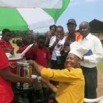 Der Chefkoch von unserem Lieblingsrestaurant in Bukoba verteilt Saft