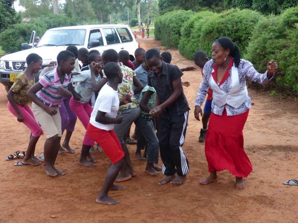 Teacher Peace tanzt mit ihren Schülern (Biharamulo)