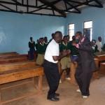 Gonzaga und William tanzen in der Karalo School