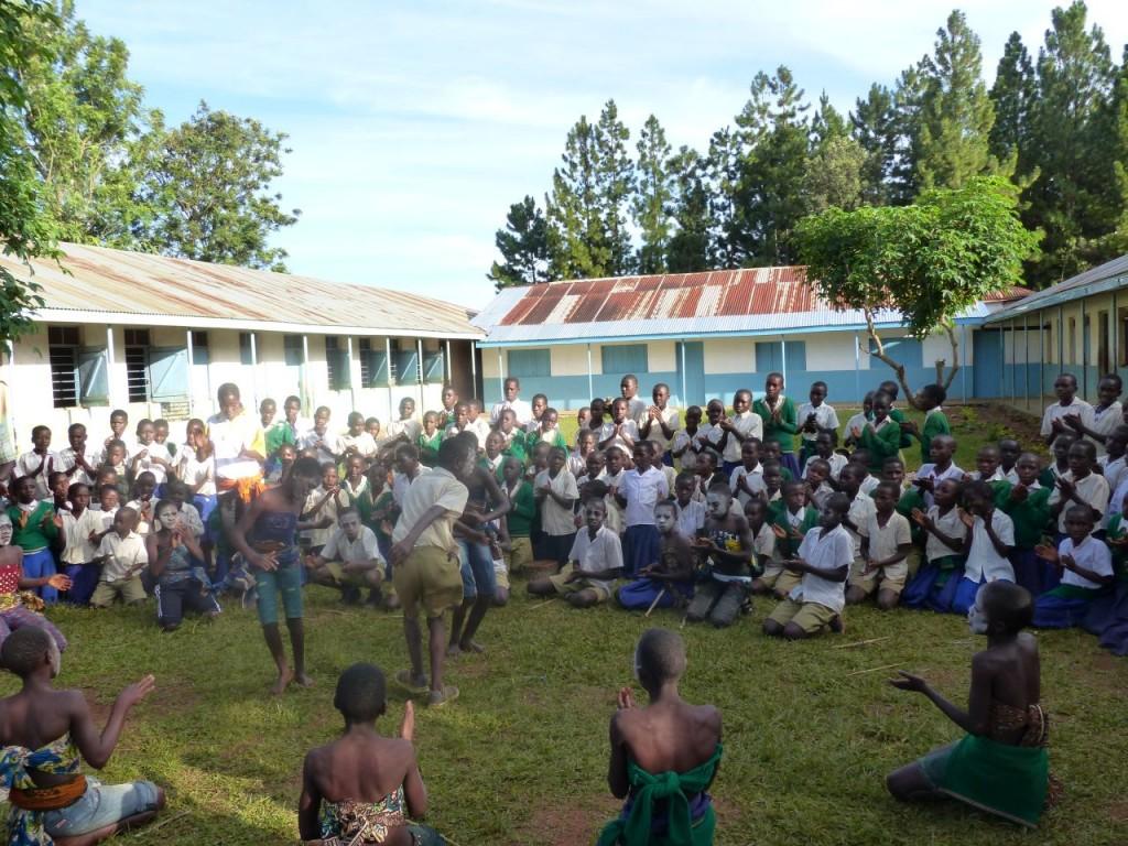 Tanzende Schüler_innen der Karwoshe Primar School
