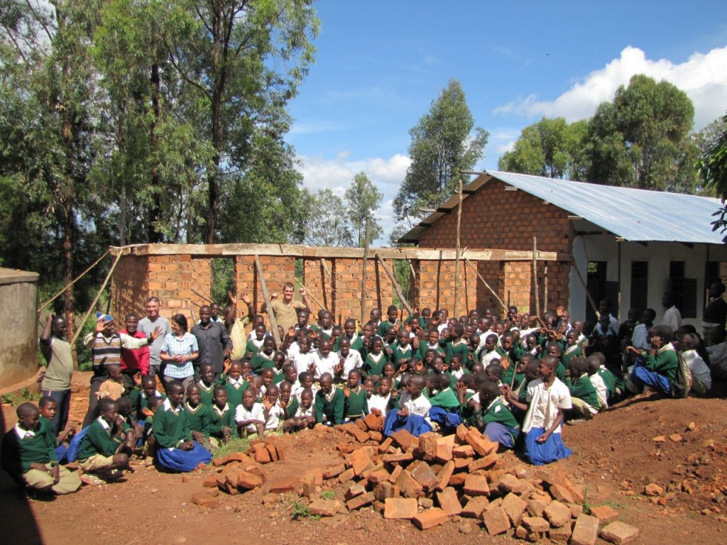 Gruppenbild vor dem Klassenraum für die Karalo Primary School
